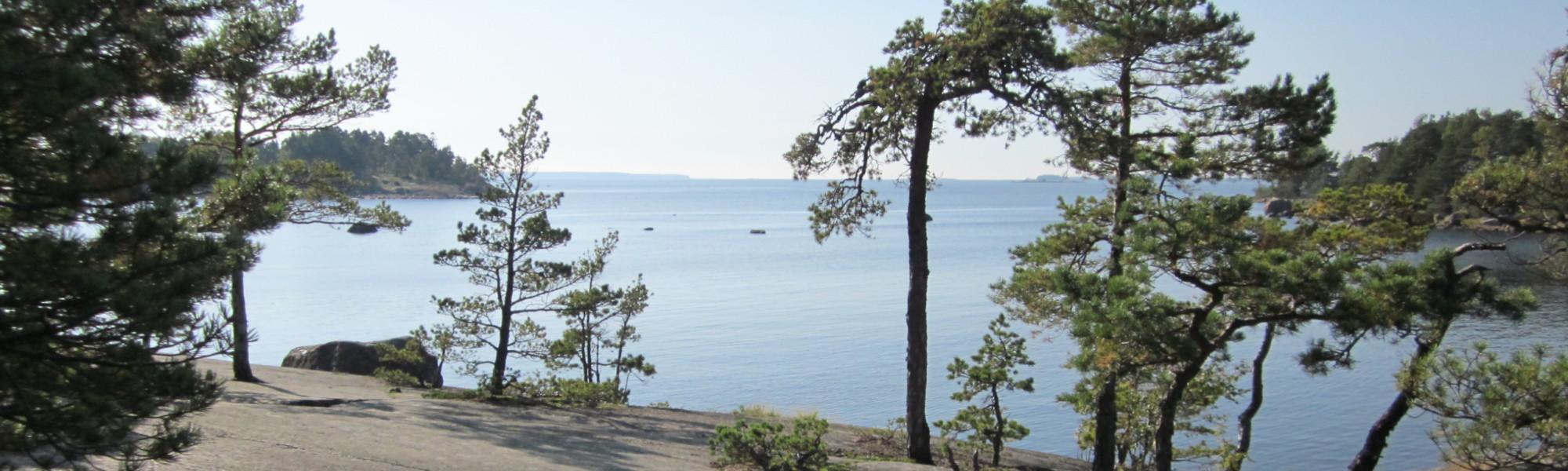 Kuvassa on Santalahden luontopolun rantakallio