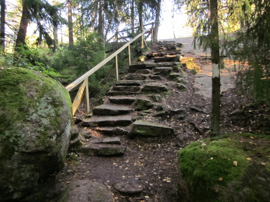 Kuvassa on Santalahden luontopolun kiviportaat