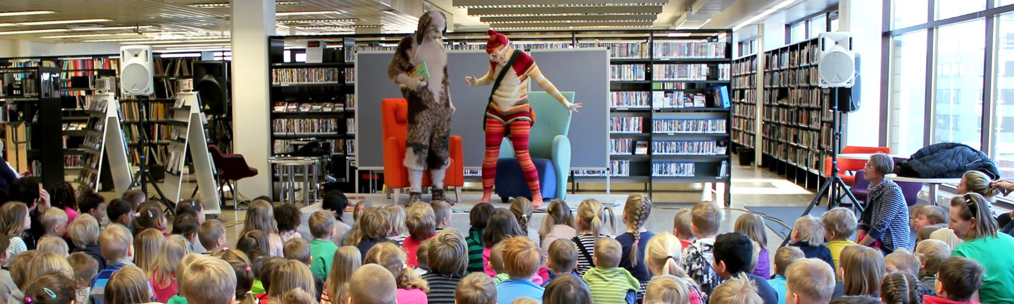 Lapsia katsomassa Katti Matikainen -näytelmää
