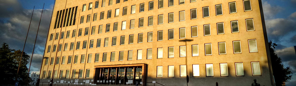 Kotkan kaupungintalo ilta-auringossa