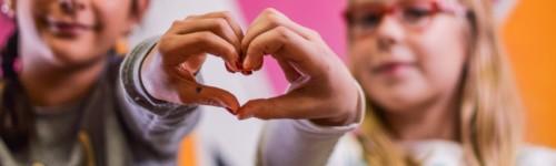 Käsistä muodostettu sydän-kuvio