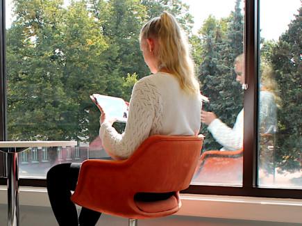 Nainen lukee e-kirjaa tabletilla