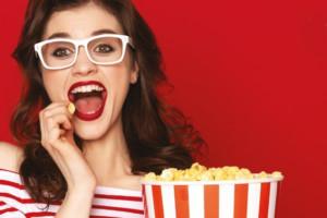 Nainen syö popcornia