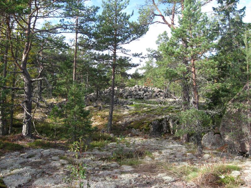 Pyhtään Saunasaareen avokalliolle kasatut kivikeot muistuttavat kauempaa katsottuna erehdyttävästi pronssikauden hautaröykkiöitä, mutta ne ovat tosiasiassa toisen maailmansodan aikaisia puolustusvarustuksia.
