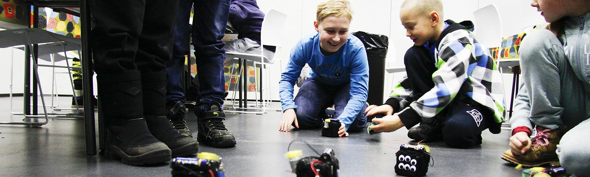 Kuvassa on alakoululaisia robottityöpajassa.