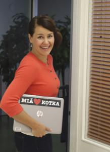 Kuvassa Anna Vanhala kantaa Miä sydän Kotka läppäriä hymyillen