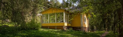 Keltainen talo kesämaisemassa