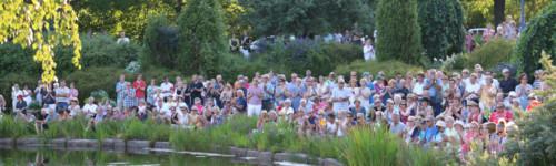 Kuvassa on ihmisiä Sapokan puistokonsertissa