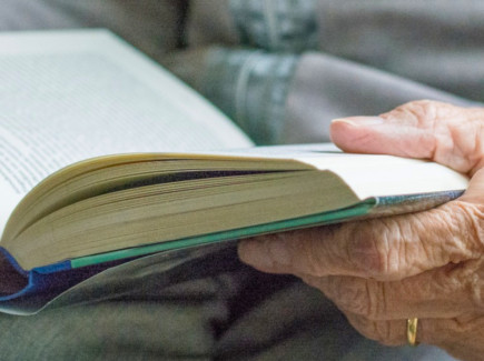 Vanhan ihmisen kädet pitävät kirjaa