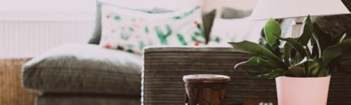 Kuvassa sisäkuva jonkin talosta, sohva ja pieni pöytä