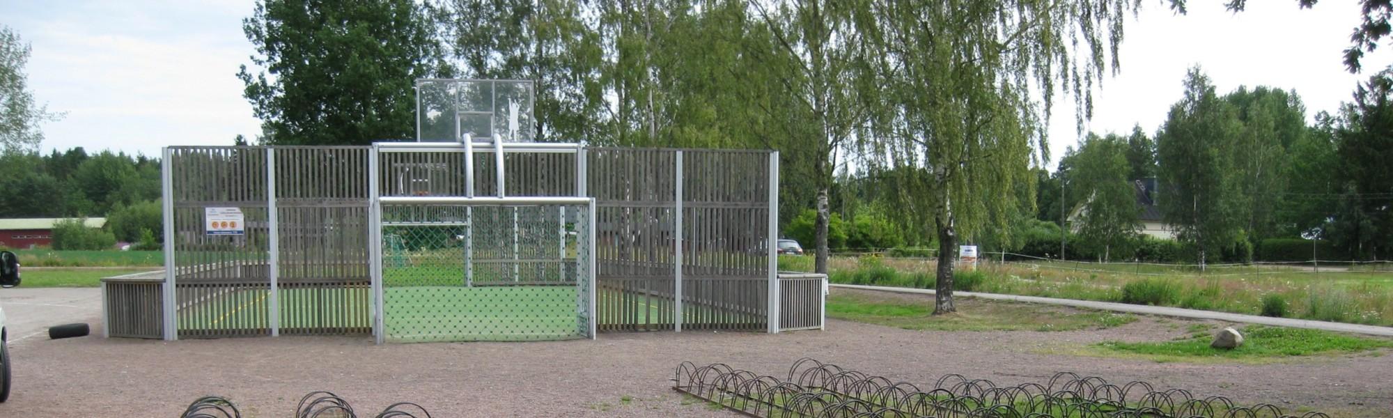 Kuvassa on Pihkoon koulun lähiliikuntapaikka