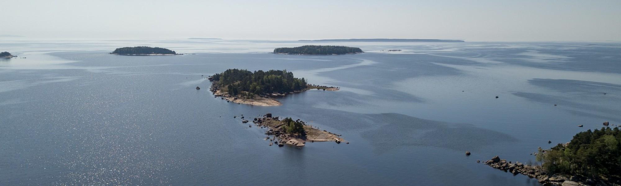 Ilmakuva merelle päin, näkyy pieniä saaria