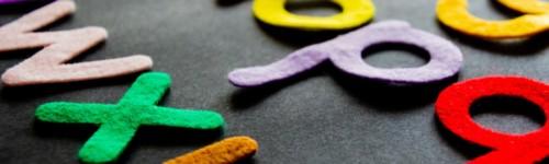 Kuvassa värikkäitä kirjaimia