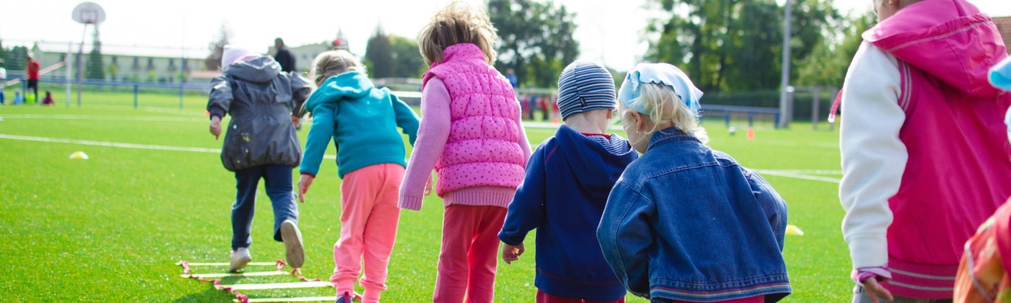 Kuvassa lapsia leikkimässä