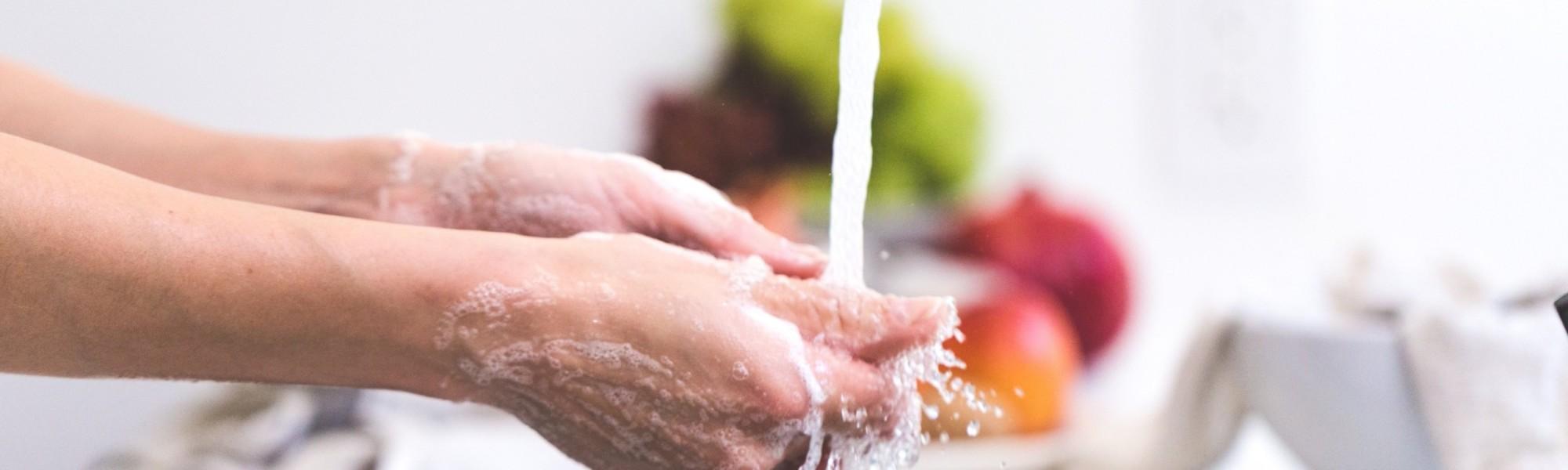 Käsiä pestään veden alla