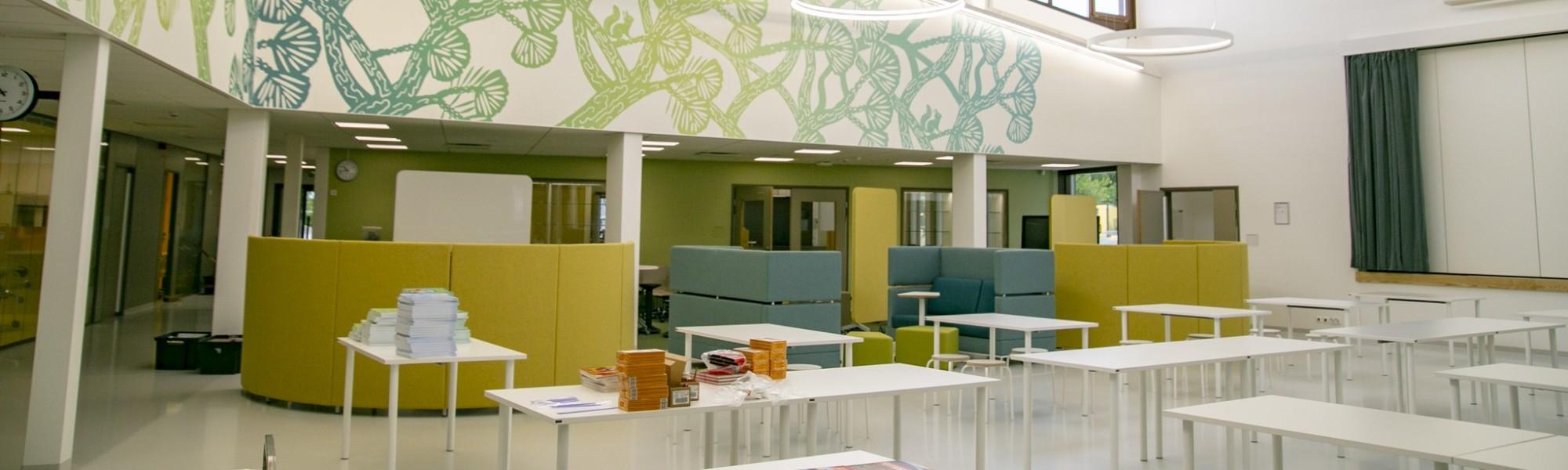 Kuva koulun aula-/ruokatilasta