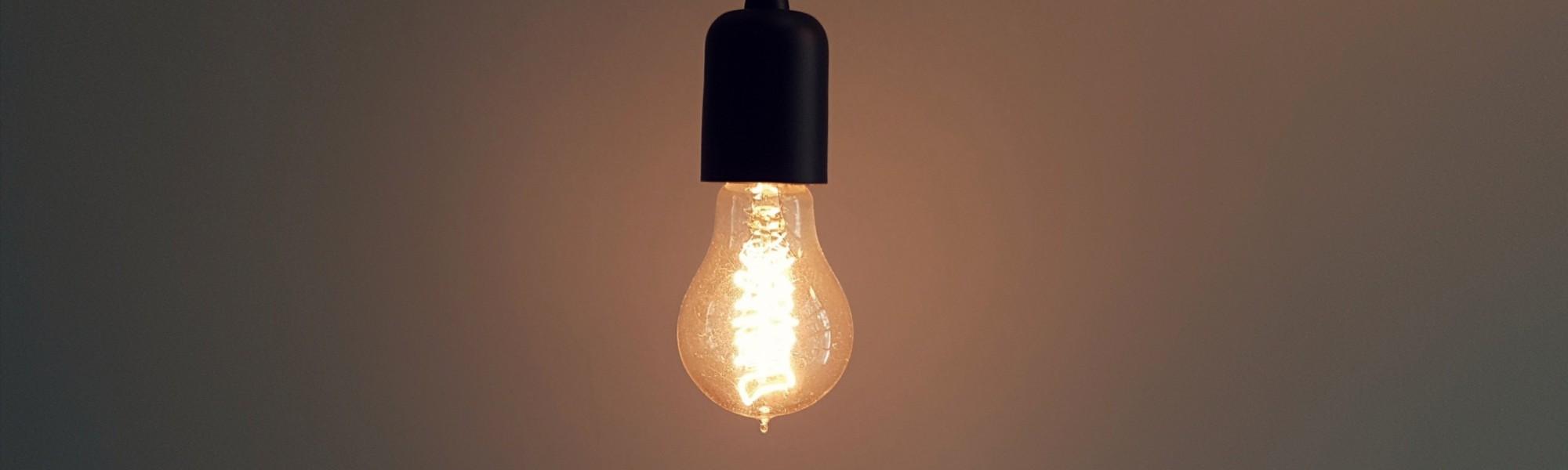 Kuvassa lamppu jossa valo päällä