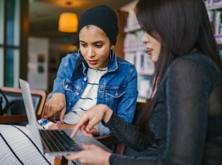 Kaksi naista tietokoneen ääressä