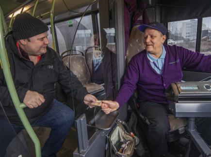 Asiakas linja-autossa