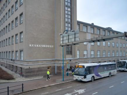 Kuvassa kaksi bussia keskuskoulun pysäkillä