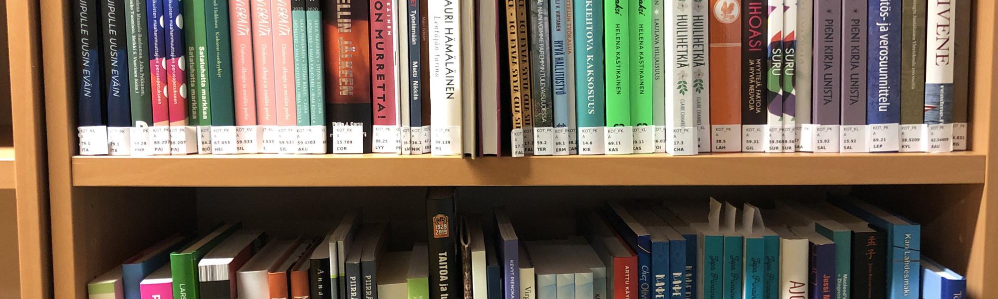 Kirjat ilman muovia hyllyssä.