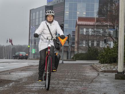 Pyöräilevä nainen