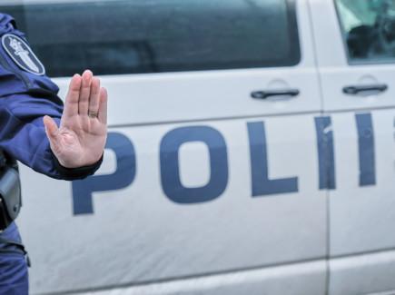 Poliisi pysäyttää
