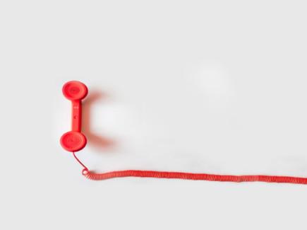 Kuvassa punainen puhelimen luuri