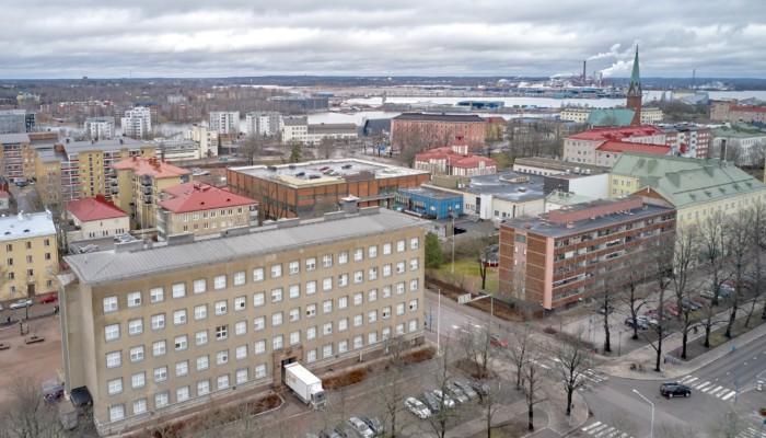 Ilmakuva Kotkasta keskuskoulun suunnasta kohti Hovinsaarta