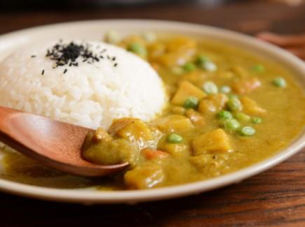 Kuvassa annos riisiä ja vihreää kastiketta, jossa herneitä