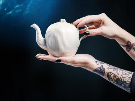 Piiposliinista valmistettu teekannu