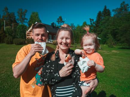 Kuvassa Thomas, Titta ja Isla Hallorn syövät possoja talonsa pihalla