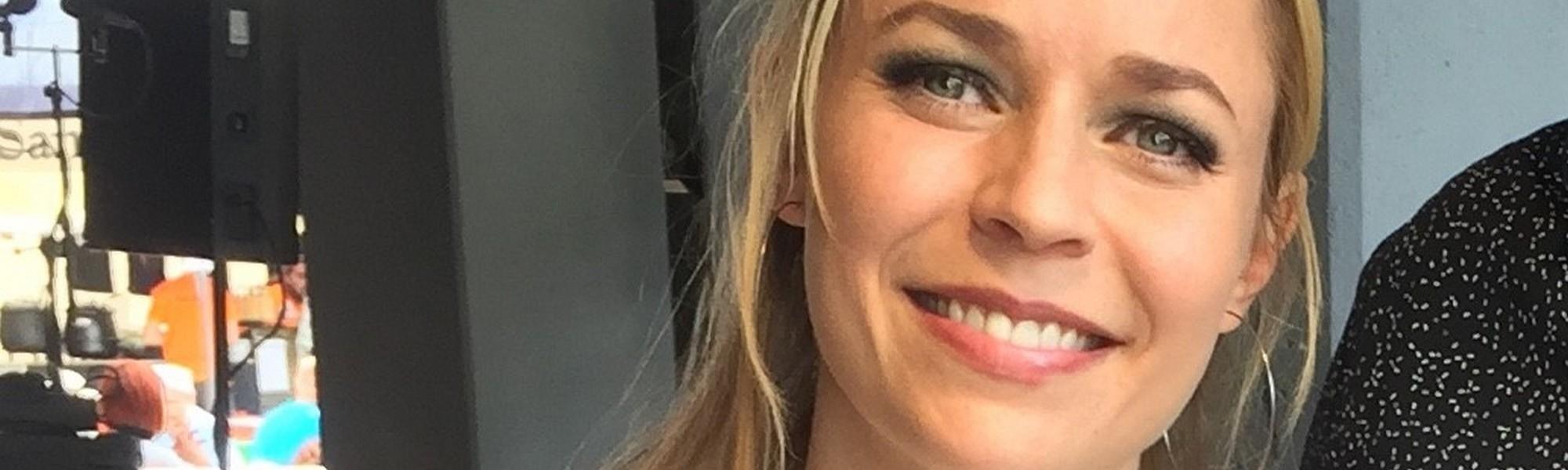 Paula Vesala sai Juha Vainio -sanoittajapalkinnon vuonna 2016 ja pääsee nyt itse valitsemaan tulevia palkinnonsaajia.
