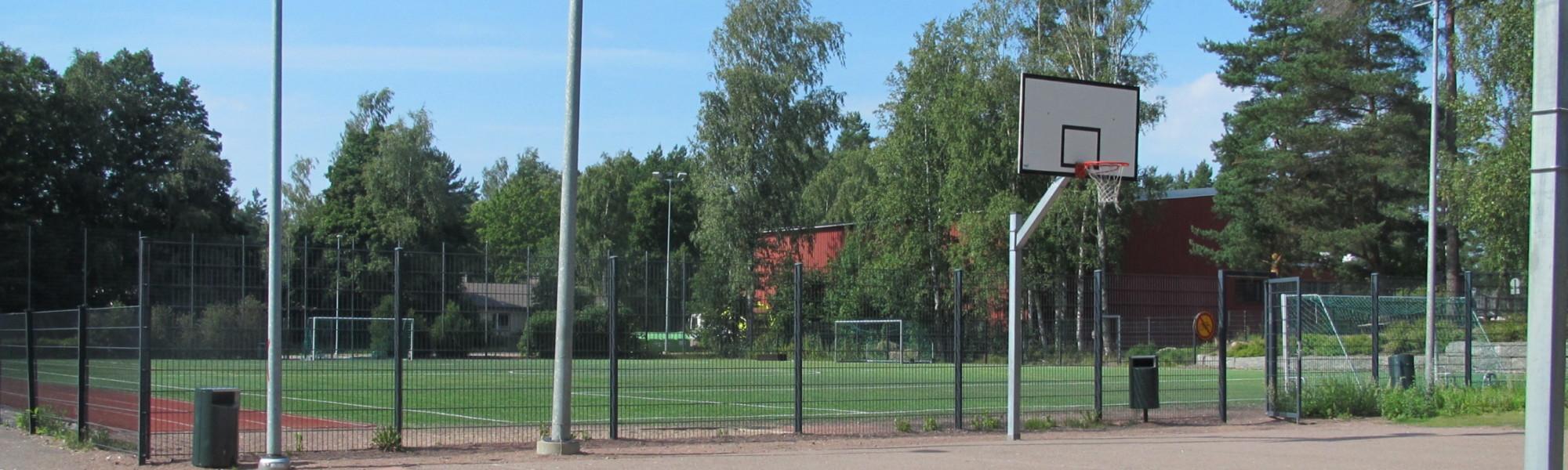 Kuvassa on Aittakorven koulun lähiliikuntapaikka