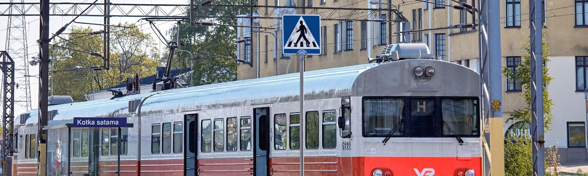 Henkilöjuna Kotkan sataman pysäkillä, Kotkansaarella
