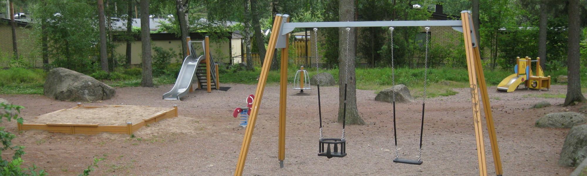 Kuvassa on Hirvenkellonkadun leikkipaikka