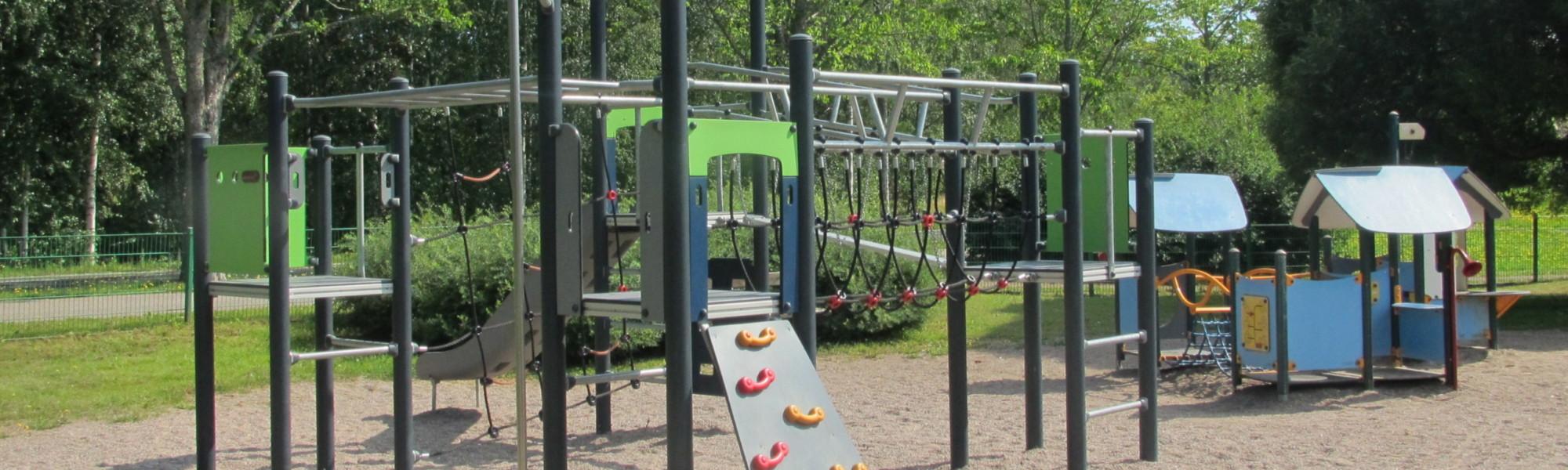 Kuvassa on Hovinharjanpuiston leikkipaikka