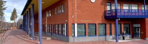 Kuvassa punatiilinen Karhuvuoren koulu, jonka päädyssä on Karhuvuoren kirjasto