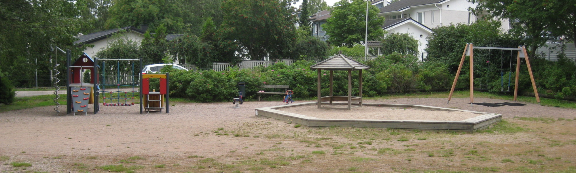 Kuvassa on Metsärinteen leikkipaikka