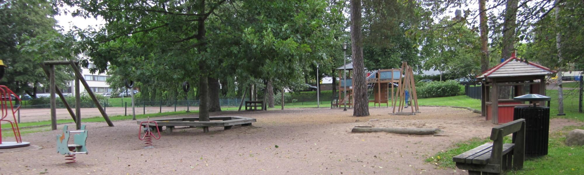 Kuvassa on Isopuiston leikkipaikka
