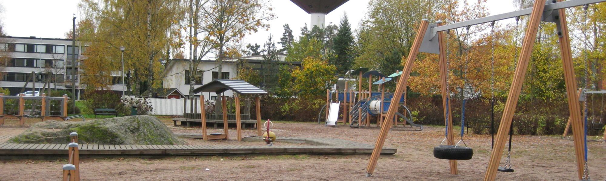 Kuvassa on Helilänpuiston leikkipaikka