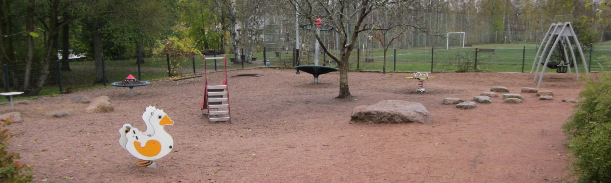 Kuvassa on Jokipuiston leikkipaikka
