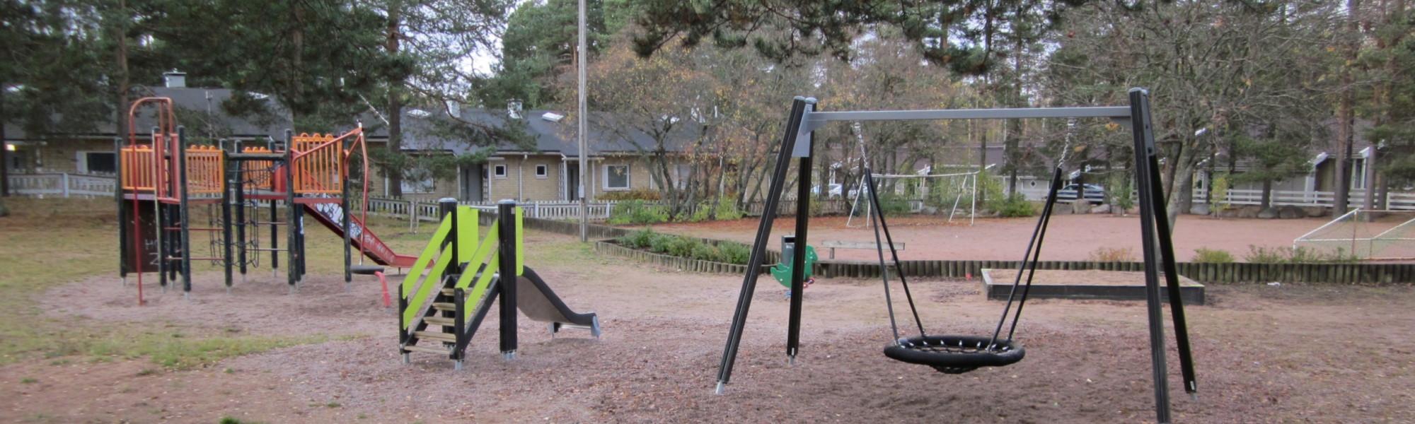 Kuvassa on Raamikadun leikkipaikka