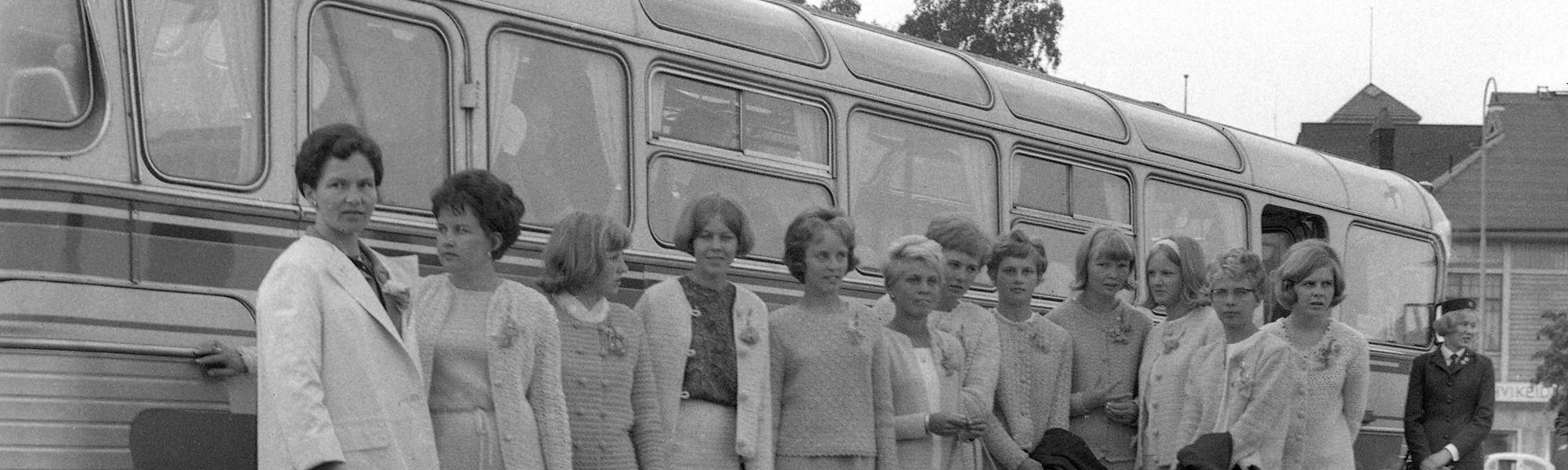 Naisia linja-autoasemalla