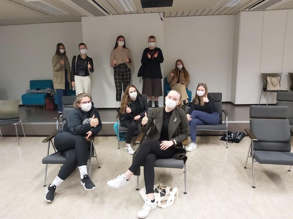 Kuvassa nuorisovaltuuston jäseniä maskit päällä.