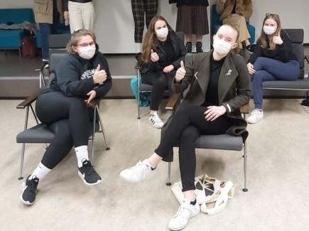Kuva nuorisovaltuustossa maskit päällä ja turvaväleillä muistuksena.