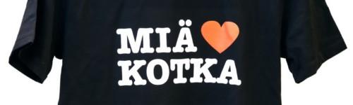 Kuvassa on musta t-paita, jossa on Miä Sydän Kotka painatus rinnassa