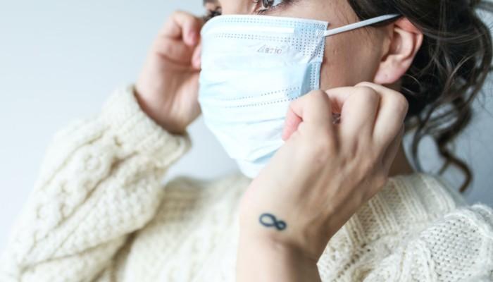 Naisella maski päällä