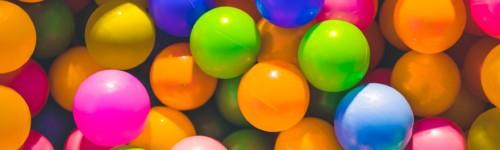 Kuvassa näkyy värikkäistä pallomeren palloja.