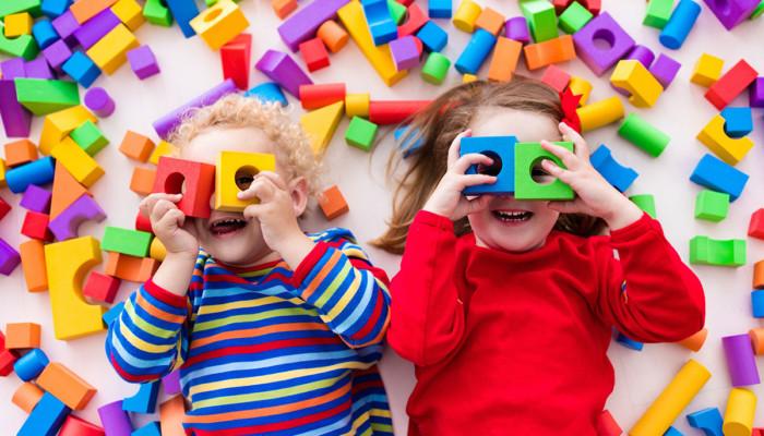 palikoilla leikkivät lapset